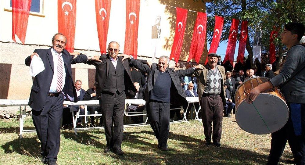 Sivas'ın Suşehri ilçesinde yaklaşık 60 yıldır içme suyu sorunu yaşayan köylüler, köylerine bağlanan suyun sevincini halay çekerek kutladı.