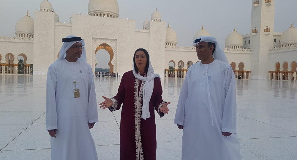 İsrail Kültür ve Spor Bakanı Miri Regev, BAE Kültür Bakanlığı yetkilileri eşliğinde 'mimari bir harika' diye söz edilen Abu Dabi'deki Şeyh Zayed Camii'ni ziyaret etti.