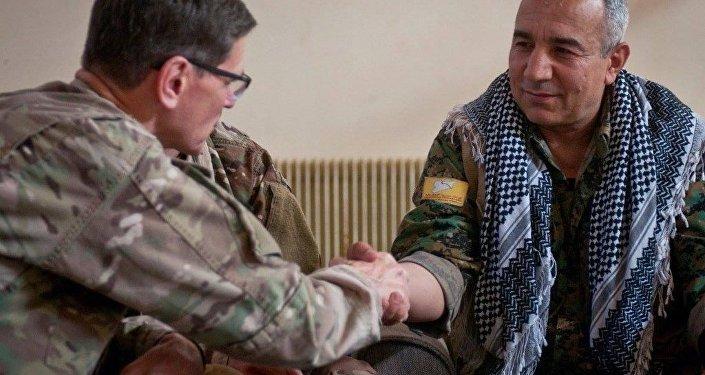 ABD Merkez Kuvvetler Komutanı Joseph Votel ile YPG'li Azad Simi