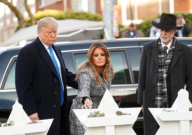 Donald Trump ile eşi Melania, Pittsburgh kentinde silahlı saldırıda 11 kişinin öldürüldüğü, 6 kişinin yaralandığı Yaşam Ağacı Sinagogu'nu ziyaret ettii. Haham Jeffrey Myers'ın eşlik ettiği çift, kurbanlar için oluşturulan anıta taş bıraktı.