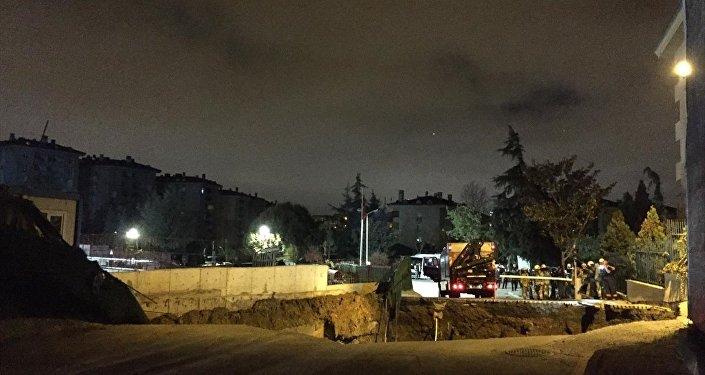 Ümraniye'de metro inşaat sahasının da bulunduğu caddede göçük meydana geldi.