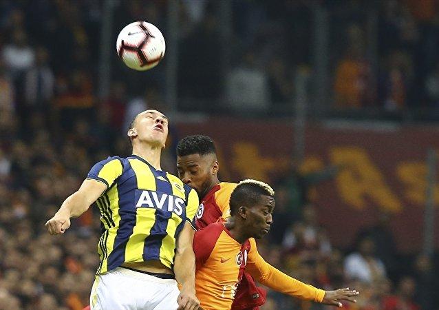Spor Toto Süper Lig'de Galatasaray ile Fenerbahçe, Türk Telekom Stadı'nda karşı karşıya geldi. Bir pozisyonda Galatasaraylı oyuncu Henry Onyekuru (önde sağda), Fenerbahçeli oyuncu Michael Frey (solda) ile mücadele etti