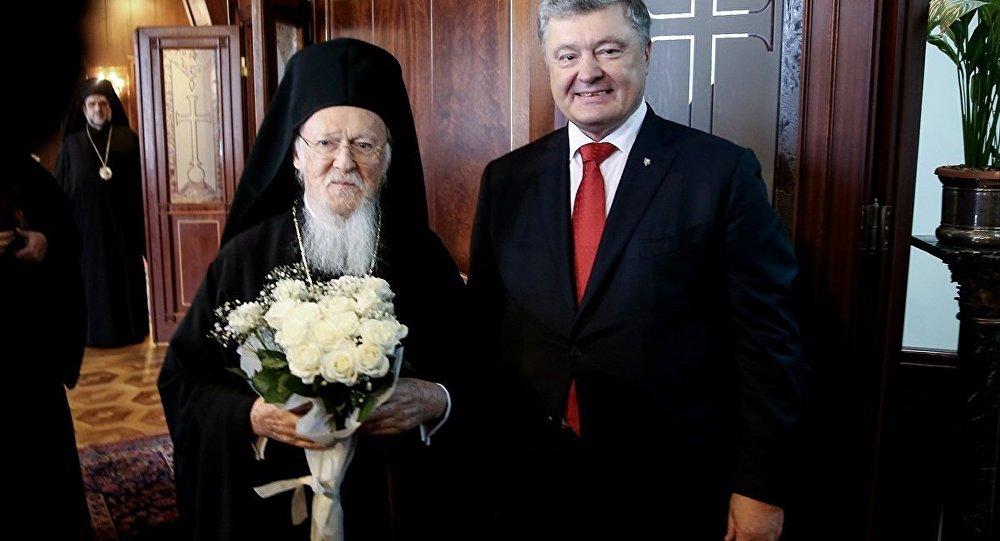 Ukrayna Devlet Başkanı Petro Poroşenko, İstanbul Fener Rum Patrikhanesi'ni ziyaret edip Patrik Bartholomeos tarafından kabul edildi.