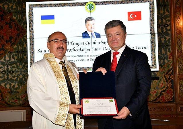 İstanbul Üniversitesinde düzenlenen törende, İÜ Rektörü Prof. Dr. Mahmut Ak (solda) tarafından Ukrayna Cumhurbaşkanı Petro Poroşenko'ya (sağda) fahri doktora ünvanı verildi.