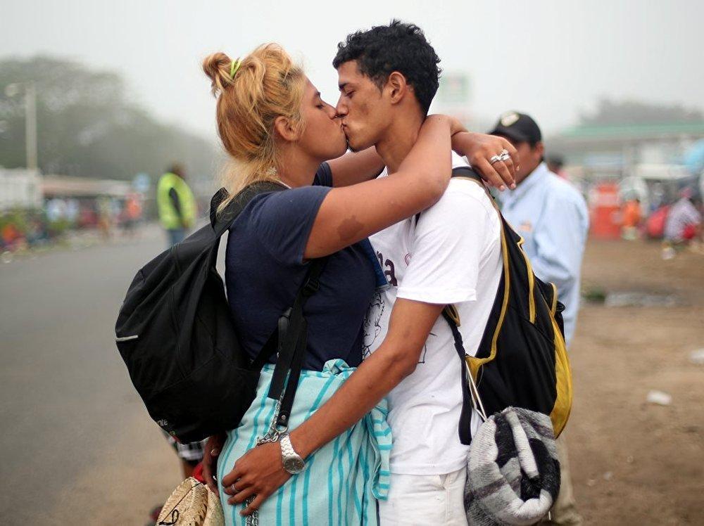 Göçmen konvoyundaki 17 yaşındaki Isabel Arguete ile 21 yaşındaki Not Muez yol kenarında öpüşüyor.