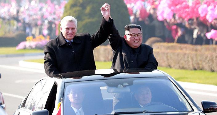 Kuzey Kore lideri Kim Jong-un, yeni Küba lideri Miguel Diaz-Canel'i ağırlayıp Pyonyang'da turlattı ve halka selamlattı.