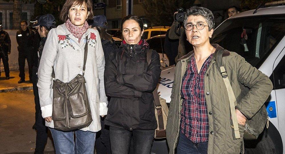 Nuriye Gülmen (solda) ve beraberindeki iki kadın gözaltına alındı.