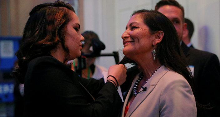 New Mexico, Albuquerque'den milletvekili seçilen yerli kadın siyasetçi Deb Haaland'ın kutlamalar sırasında dağılan saçlarını kızı Somah düzeltti.