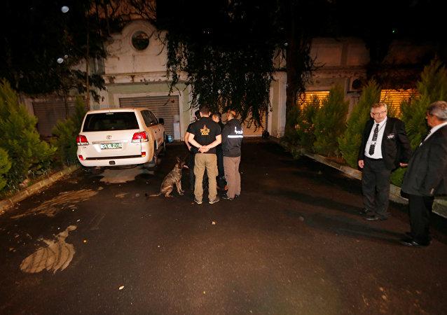 Türk polis ekipleri, Suudi Arabistan'ın İstanbul Başkonsolosu Uteybi'nin konutunun arka bahçesinde