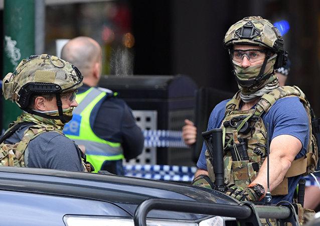 Avustralya silahlı güvenlik gücü mensupları, Melbourne'ün Bourke Caddesi üzerinde saldırıya sahne olan AVM'nin önünde