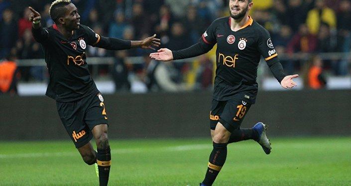 Spor Toto Süper Lig'de Kayserispor ile Galatasaray, Kadir Has Stadyumu'nda karşılaştı. Galatasaraylı oyuncu Ömer Bayram attığı gol sonrası sevincini takım arkadaşlarıyla paylaştı.