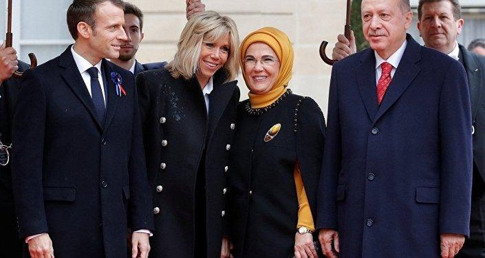 Paris'te Birinci Dünya Savaşı'nın 100. yılı etkinliklerine katılan Cumhurbaşkanı Recep Tayyip Erdoğan'ı Emmanuel Macron ve eşi karşıladı.