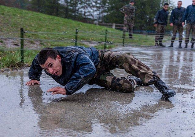 Fransa ordusundan yağmurda 'pazartesi motivasyonu'