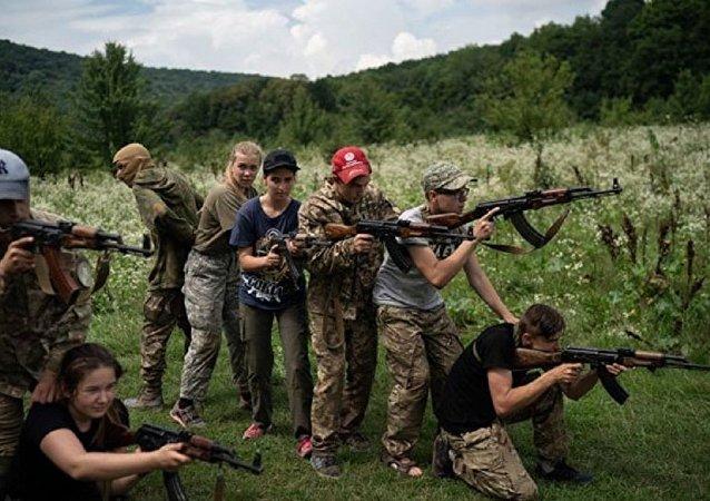 Ukrayna'daki aşırı sağcı çocuk kampında çocuklara öldürmeyi öğretiyorlar