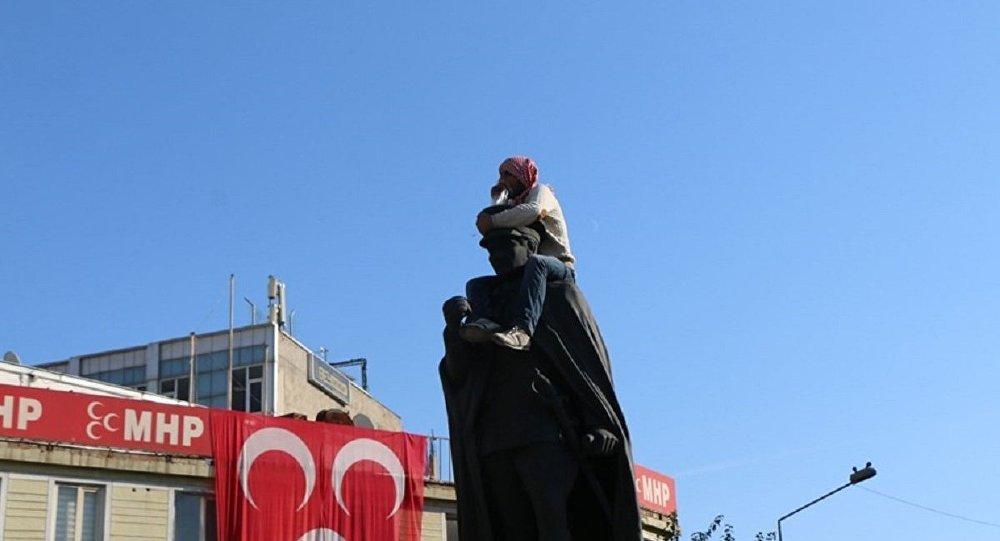 Adıyaman'da Atatürk heykeline çıkan madde bağımlısına linç girişimi
