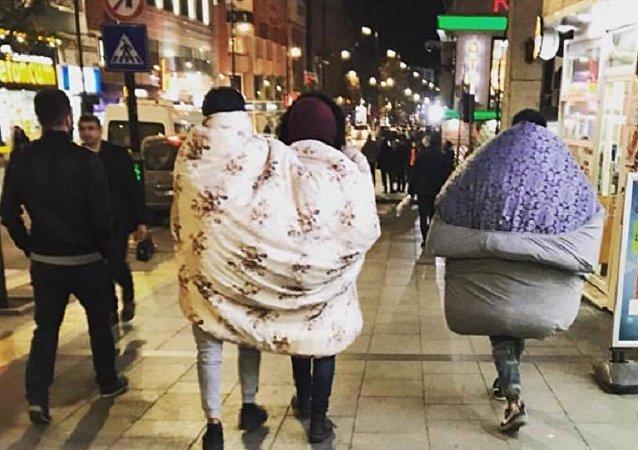 Sokakta yorganla dolaşan gençlere başkandan çay daveti