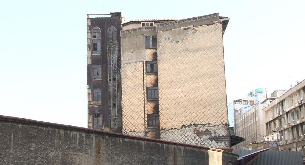 Eminönü'nde asırlık han Pisa Kulesi gibi eğiliyor