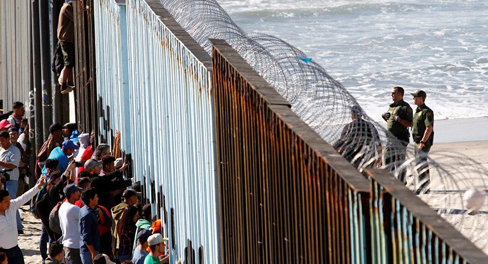 Orta Amerikalı göçmen kervanından 800-1000 kişilik bir grup, Meksika'nın ABD sınırındaki Tijuana'ya ulaştı. Göçmenler, kentte ABD ile sınırı belirleyen duvarı adeta kuşatmaya aldı.