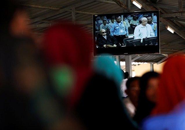 Kamboçyalı Müslümanlar, Komünist Parti Genel Sekreter Yardımcısı Nuon Chea ve Merkez Komitesi Başkanı Khieu Samphan yargılanmalarını izliyor.