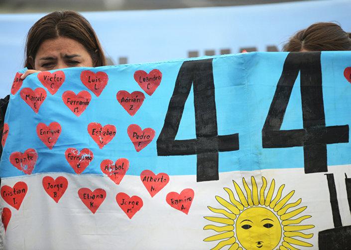 Kayıp mürettebatın yakınları, denizaltının yola çıktığı Arjantin Deniz Üssü'nde protesto gösterisi düzenledi. Denizaltının su yüzeyine çıkarılmasını ve cansız bedenlerin bulunmasını isteyen yakınlar Asla unutmayın yazılı pankartlar taşıdı.