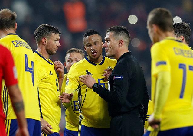 Türkiye-İsveç maçında, hakem Istvan Kovacs, İsveçli futbolcular Marcus Berg ve Martin Olsson ile konuşurken