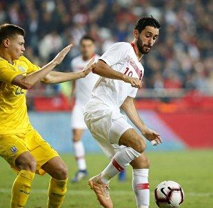 A Milli Futbol Takımı, hazırlık maçında Antalya Stadı'nda Ukrayna ile karşılaştı. Bir pozisyonda milli futbolcu Yunus Mallı (sağda) rakibi Mykola Matviyenko (solda) ile mücadele etti.