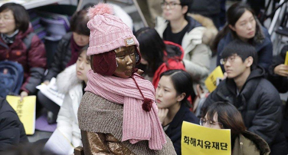 Seul'de seks köleliliği kurbanlarının anısına dikilen heykelin etrafında Japonya'nın seks kölesi kullanma politikası ve bunun için tam manasıyla özür dilememesi her hafta protesto ediliyor.