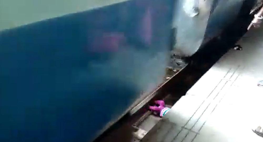 Hindistan'da bir çocuk tren raylarına düştü