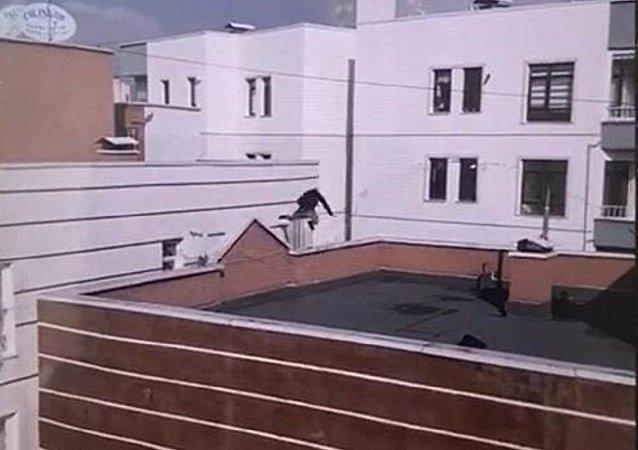 Çatıdan çatıya atlarken düşen genç, hayatını kaybetti