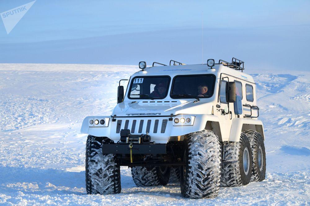 Rusya Devlet Başkanı Vladimir Putin'in arazi aracı Franz Josef Toprakları takımadalarındaki Aleksandra Toprakları adasında.