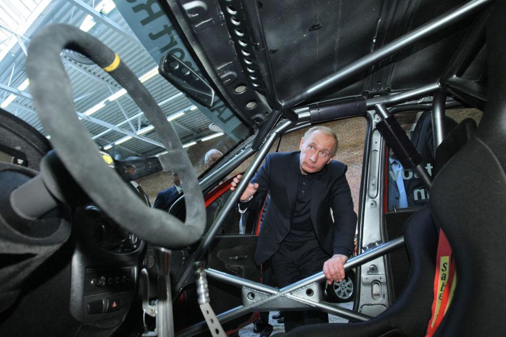 2009. Rusya Başbakanı Vladimir Putin, AvtoVAZ araçlarının farklı modelleri ile test örneklerini inceledi.