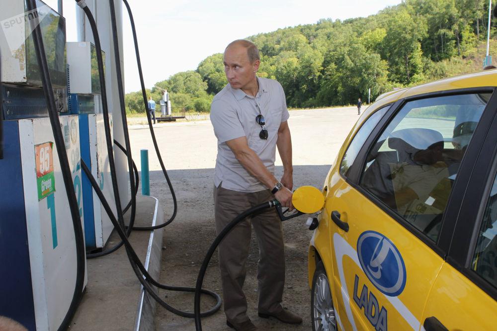 2010. Rusya Başbakanı Vladimir Putin bir benzin istasyonunda.