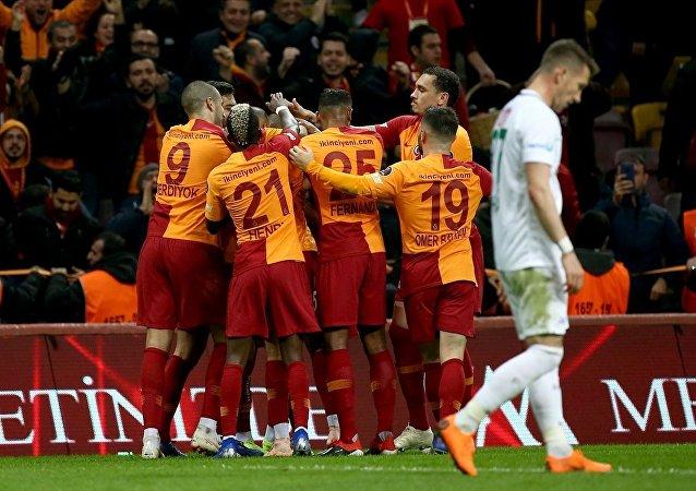 Spor Toto Süper Lig'de 13. haftanın ilk maçında Galatasaray ile Atiker Konyaspor, Türk Telekom Stadı'nda karşı karşıya geldi. Bir pozisyonda maçın hakemi Hüseyin Göçek, VAR sistemine başvurdu.