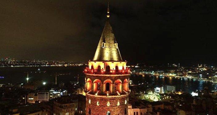 Galata Kulesi 'kadına şiddet' farkındalığı için turuncu renge büründü.