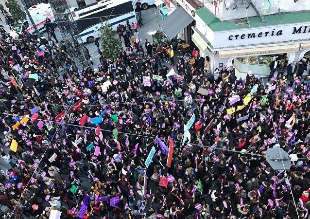 Taksim'de kadınlara müdahale