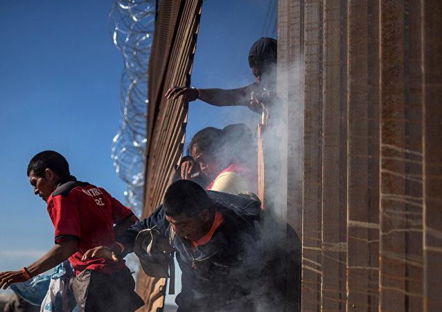 Meksika'dan ABD'ye geçmeye çalışan göçmenler