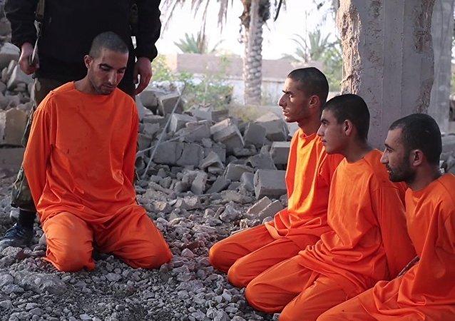 IŞİD'in propaganda organı El Barakah tarafından yayımlanan yaklaşık 7 dakikalık videoda, DSG'lilerin boğazlanarak öldürülme görüntüleri yer alıyor.