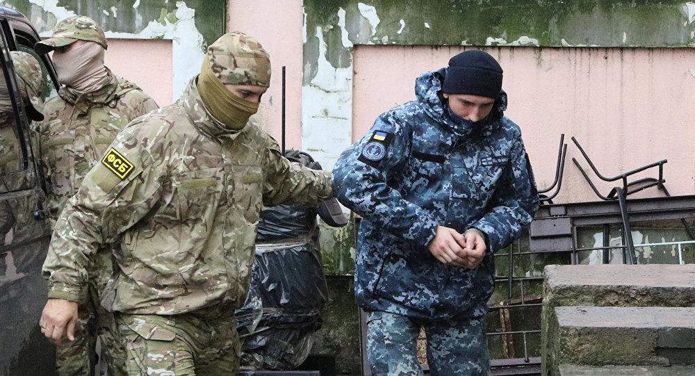 Kerç Boğazı'nda gözaltına alınan Ukrayna deniz kuvvetleri askerleri,  FSB görevlilerinin nezaretinde Simferopol'de mahkemeye çıkarıldı.