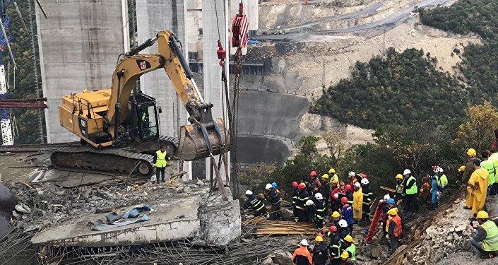 Kocaeli'nin Gebze ilçesindeki Kuzey Marmara Otoyolu inşaatında, viyadük yapımı sırasında beton blok çöktü.