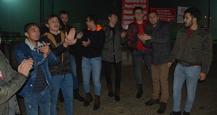 Kararı öğrenen Safranbolusporlu futbolcular Beşbinevler Sahası'nda toplandı. Futbolcular, özür diledikleri başkanlarına tezahüratta bulunarak futbol oynamak istediklerini söylediler.