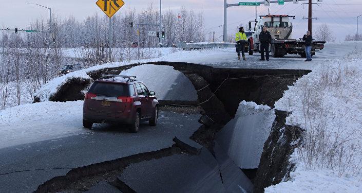 Alaska'da deprem nedeniyle yollar yarıldı