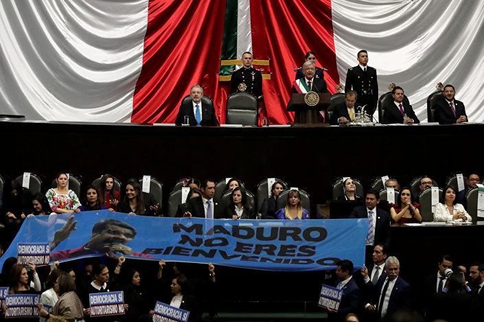 Maduro için uzun süre 'Diktatör' diye slogan atıp, Obrador'un konuşmasına müsaade etmeyen milletvekilleri ayrıca Maduro, hoş gelmedin yazılı pankart da açtı.