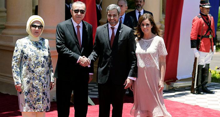 Emine Erdoğan, Tayyip Erdoğan, Paraguay Devlet Başkanı Mario Abdo Benitez, eşi Silvana Abdo Asuncion'daki başkanlık sarayında
