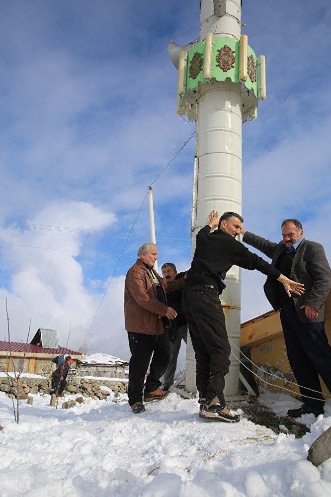 Rize'nin İkizdere ilçesindeki Karzavan Yaylası'nda çelik varillerin birleştirilmesiyle oluşturulan 7 metrelik minare