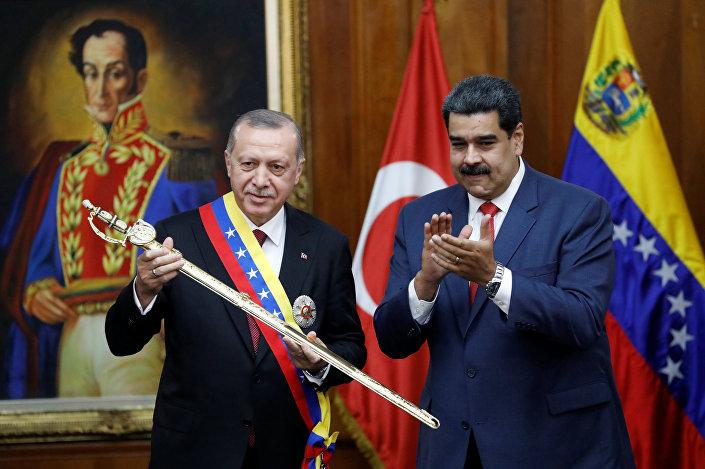 Erdoğan, Venezüella'nın ulusal kahramanı Simon Bolivar'ın kılıcının bir replikasını tutarken.