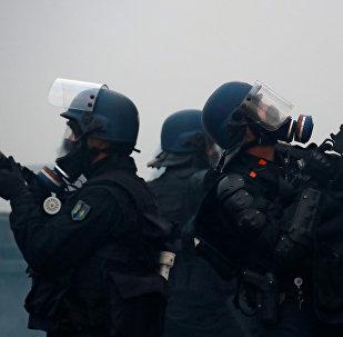 Fransa'nın başkenti Paris'in Champs-Elysees bölgesinde Sarı Yelekler protestolarına müdahale eden polisler