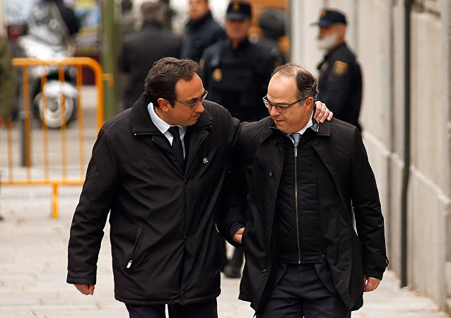 Josep Rull (solda) ile Jordi Turull, İspanya Anayasa Mahkemesi önünde