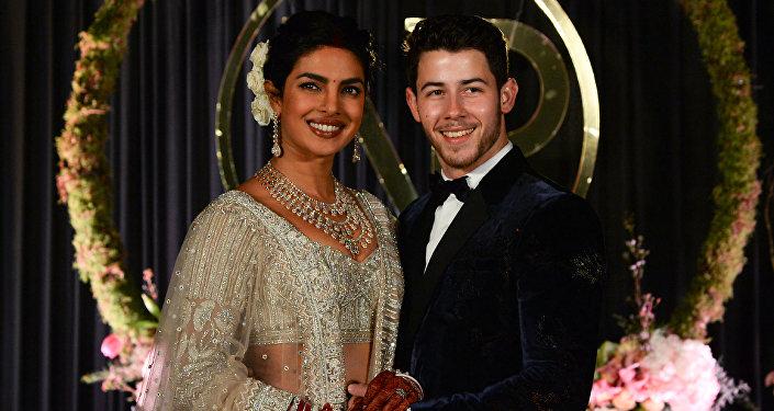Bollywood oyuncusu 22 metre duvaklı gelinlik giydi - Priyanka Chopra