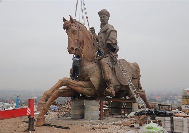 Kazakistan'da yapıldıktan sonra parçalar halinde Bolu'ya getirilen dev Köroğlu heykelinin montajı yapılmaya başlandı.