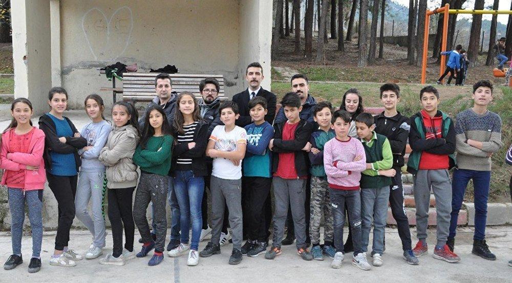Denizli Acıpayam'daki Alcı Mahallesi'ndeki okuldaki öğrenci ve öğretmenler